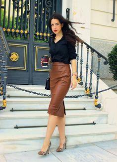 Comprar ropa de este look:  https://es.lookastic.com/moda-mujer/looks/camisa-de-vestir-negra-falda-a-media-pierna-marron-zapatos-de-tacon-marrones-bolso-bandolera-negro/4983  — Camisa de Vestir Negra  — Falda a Media Pierna de Cuero Marrón  — Zapatos de Tacón de Cuero de Serpiente Marrónes  — Bolso Bandolera de Cuero Acolchado Negro
