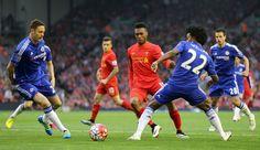 Liverpool Daniel Sturridge a Chelsea Willian bitka pri lopty