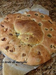 Schiacciata con noci e olive, una focaccia croccante e molto gustosa tipico piatto meridionale lucano. Ottimo per un antipasto.... Antipasto, Bagel, Biscotti, Italian Recipes, Buffet, Olive, Pane Pizza, Collage, Breads