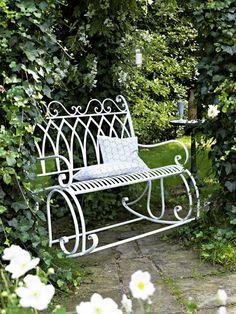 Diese Schaukelbank verführt zum romantischen Têteà-Tête in der Gartenlaube.