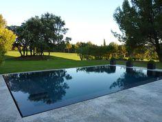 Splendide maison de 250 m2 sur le fairway du Golf de Pont Royal. Vue incomparable sur le parcours et sur la nature Provençale qui borde le Golf. L'exposition plein sud, baignera vos vacances de soleil. La maison composée de six chambres en Bas