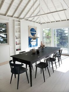 Scandinavian Retreat: Scandinavian cottage in Canada Black table chairs/white walls Interior Exterior, Interior Design Kitchen, Interior Architecture, Black Architecture, Black Furniture, Dining Room Furniture, Furniture Design, Dining Rooms, Kitchen Dining