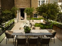 john wyer garden design / eaton square residential garden, london (would add a canopy pergola with vines over eating area) Outdoor Living Rooms, Outside Living, Modern Landscaping, Backyard Landscaping, Terrasse Design, Garden Doors, Traditional Landscape, Rooftop Garden, Garden Spaces