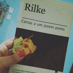"""Fui pega assim naquele golpe certeiro que atravessou numa só o coração.  Obrigada Rilke pelas palavras. Obrigada meu amado André pela recomendação. 📚 . """"E se, desse ato de se voltar para dentro de si, desse aprofundamento em seu próprio mundo, resultarem 'versos', o senhor não pensará em perguntar a alguém se são bons versos... ...pois verá neles seu querido patrimônio natural, um pedaço e uma voz de sua vida."""" . """"...por fim, gostaria de apenas aconselhá- lo a passar com serenidade e…"""