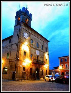 CASTELFIDARDO (ITALY-LE MARCHE REGION-ANCONA PROVINCE)-IL PALAZZO DEL COMUNE, A SERA, SEMBRA MAGICO