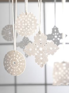 Cut a snowflake in the White paper, put glue on side and then sugar. Country Christmas, Christmas Themes, Winter Christmas, Christmas Crafts, Christmas Decorations, Funny Ornaments, Diy And Crafts, Arts And Crafts, Scandinavian Christmas