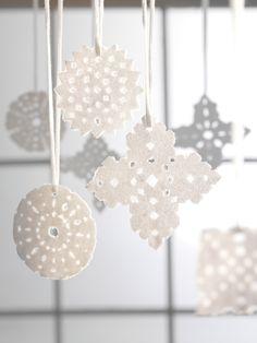 Lumoavat lumihiutaleet tuovat talvisen tunnelman kotiin. Katso ohje täältä: http://www.dansukker.fi/fi/inspiroidu/sesonkiherkut/joulu/jouluaskartelua-sokerista.aspx #askartelu #joulukoristeet #koristelu