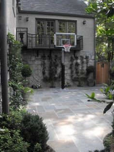 Side yard: The children wanted a basketball court, Mom wanted an outdoor yoga studio and Dad envisioned catered events in a distinctive garden. Back Patio, Backyard Patio, Backyard Landscaping, Backyard Ideas, Backyard Sports, Modern Backyard, Outdoor Yoga, Outdoor Decor, Outdoor Basketball Court