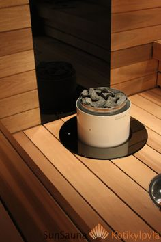 Sun Sauna Relax, integroitu Vuolux Niili kiuas, musta lasi kiukaan takana