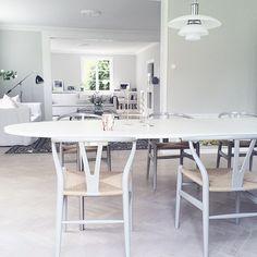 Och lite andra nya stolar har visst hittat till matsalen#carlhansen&son @carlhansen&son #wishbonechair
