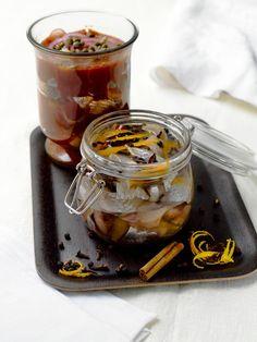 Raaka-aineet 2 matjes-sillifilettä herkkukurkkukuutioita punasipulirenkaita kapriksia Kastike: 3 dl tomaattiketsuppia 3 rkl Rajamäen Valkoviinietikkaa 3 rkl ruokaöljyä 2 rkl sokeria Leikkaa sillifileet paloiksi. Sekoita kastikeainekset voimakkaasti vatkaten. Lado sillipalat kerroksittain kurkkukuutioiden, punasipulirenkaiden ja kastikkeen kanssa tölkkiin tai suoraan ruukkumaiseen tarjoiluastiaan. Anna maustua jääkaapissa muutama tunti ennen tarjoamista.