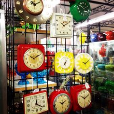 Vintage Clocks ! .... Love these ! ...... Download the FLEATIQUE APP for IPhone 5 - 5S - 5C - 6 - ipad on the Apple App Store ...... Antiques flea market fleamarket antique roadshow junkin junk gypsies mall store shop American pickers kitchen kitsch kitschy retro clock old