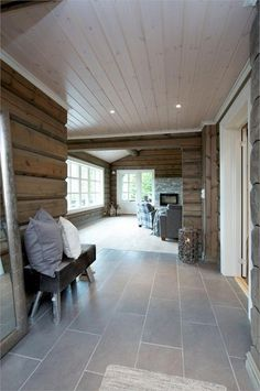 Lys høyblank gjennomsiktig beis til tak som reflekterer lyset Log Homes, House Plans, Sweet Home, House Ideas, Farmhouse, Cottage, Cabin, Country, Whitewash