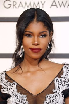 Diamond White with an elegant hair and makeup at Grammy Awards Sure, we have a blast seeing the beauty from shows like the SAG Awards and the Golden Globes, but the looks at the Grammys are always our favorites. Make Up Looks, Red Carpet Makeup, Creative Makeup Looks, Looks Black, Elegant Hairstyles, African Beauty, Brown Skin, Timeless Beauty, Beautiful Black Women
