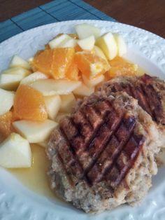 Vegan burger e insalata di frutta \ Vegan burger and fruit salad