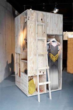 Un espacio diferente para presentar las colecciones de moda...este sistema de cajas nos parece original y muy aplicable a grandes espacios.