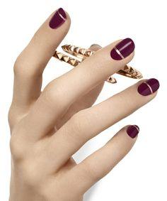 Fingernägel mit goldenen Zierstreifen modernes Nageldesign