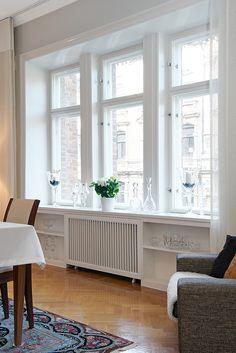 Tre höga fönster med överljus i fint parti
