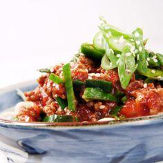 Vardagswok med köttfärs och chili - Recept - Tasteline.com Kung Pao Chicken, Wok, Chili, Spaghetti, Chinese, Ethnic Recipes, Chile, Chilis, Noodle