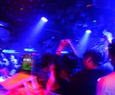 A partir das 23h, os DJs César Lindot e Igor Passos comandam as picapes