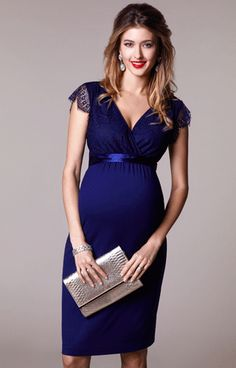 Beautiful eyelash details and a nod to the vintage era give our Rosa short maternity dress a wonderfully romantic feel.