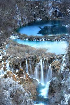 Una vista de invierno en los lagos de Plitvice, en Croacia.