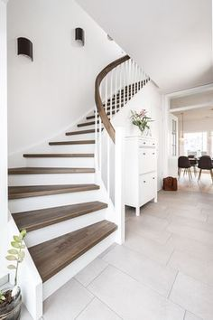 Wangentreppen – das Allroundtalent – Treppenbau Voß Stringed stairs – the all-round talent – staircase construction Voß Stair Decor, Diy Home Decor On A Budget, House Stairs, Staircase Design, Diy Home Improvement, Home Renovation, Sweet Home, New Homes, Interior Design