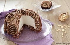 Torta gelato con girelle a forma di zuccotto: una ricetta furbissima e scenografica. Veloce e con pochi ingredienti, farete senz'altro un figurone.