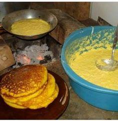 Ingredientes:  2 ovos 1 xícara de açúcar 2 espigas de milho verde 1 xícara de trigo 1 colher rasa de fermento em pó 1 xícara de leite 1 pitada de sal Erva doce  Modo de