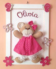Quadro em mdf, revestido com tinta, tecido e pérolas, urso de feltro de aprox. 25 cm e personalizado com nome do bebê bordado, e apliques em mdf.    Produzido em qualquer cor.