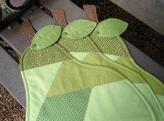 Jogo americano em formato de peras, tecidos 100% algodão, estruturado com fibra, inclusive a folha e o cabinho da maçã. Valor corresponde a uma peça. R$ 30,00