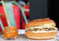 Hambúrguer de frango com gruyère e chutney de damasco