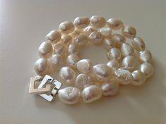 Bellas bedrifter: Perlekæde med store hvide barokke ferskvandsperler...