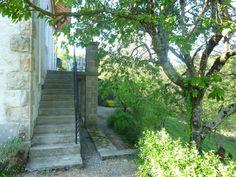 """#gîte #Corrèze """"Au bout du chemin"""" De la terrasse au jardin, vous êtes dans les arbres."""