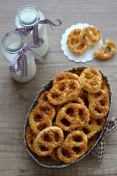 Hankka: Diós-sajtos perec Hungarian Desserts, Hungarian Cuisine, Onion Rings, Cake Recipes, Main Dishes, Muffin, Goodies, Ethnic Recipes, Minden