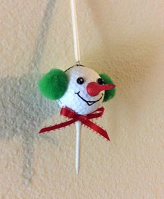 Golf Ball Crafts Golf ball snowman ornament with golf tee nose Snowman Crafts, Snowman Ornaments, Christmas Projects, Holiday Crafts, Spoon Ornaments, Handmade Ornaments, Ball Ornaments, Snowmen, Holiday Fun