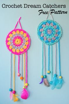 How To Make Dream Catchers,Great beginner project.These sassy and cute dream catchers are so easy to crochet.If you can crochet a granny square youll have no problem making these.Choose delightful colors that pop so theyre noticed when you enter the room. Crochet Diy, Crochet Simple, Crochet Amigurumi, Love Crochet, Crochet Gifts, Crochet For Kids, Crochet Geek, Tutorial Crochet, Beautiful Crochet