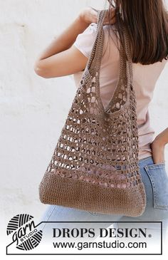 Crocheted bag with lace pattern and double crochet groups in DROPS Bomull-Lin or DROPS Paris. Crochet Diagram, Filet Crochet, Crochet Stitches, Knit Crochet, Crochet Tote, Crochet Handbags, Crochet Purses, Drops Design, Knitting Patterns Free
