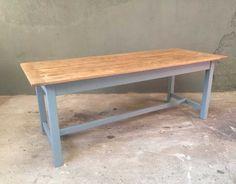 Jolie table de ferme avec de belles proportions. Les pieds sont patinés dans un gris bleu. Plateau couleur brut , verni incolore mat.