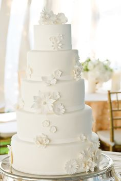Color Inspiration: Fresh White and Ivory Wedding Ideas - wedding cake idea; Vue Photography