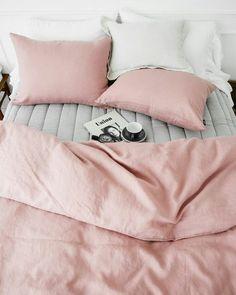 Descansar um pouco... {foto via Pinterest} #cdaquartos #bedroom #rosequartz #quartos by casadasamigas