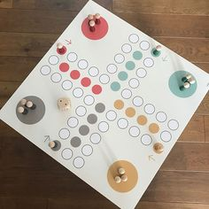 """Unser Beitrag zum Thema #brettspiele heute bei der #xmasgeschenkideenchallenge : Das XXL Mensch Ärgere Dich nicht passend für den IKEA LACK Tisch. Ein großes Spiele-Highlight für gesellige Weihnachten. Und ihr spielt einfach mit allem, was gefällt: Playmobil Figuren, selbst bemalte Spielsteine, euren Ideen sind keine Grenzen gesetzt. Die Folie mit dem Namen """"GESELLIG"""" gibt es bei uns im Shop. 🌲🎁💛 #ikealack #ikeahack #brettspiele #gesellschaftsspiele #xxlspielfeld #menschärgeredichnicht…"""