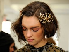 Love those Rodarte star hairpiece? Check out how you can make your own celestial Rodarte star hair clips with this simple DIY from Spring Hairstyles, Diy Hairstyles, Pretty Hairstyles, Wedding Hairstyles, Christmas Hairstyles, Hairstyles 2018, Hairstyle Ideas, Hair Ideas, Christmas Hair