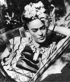 Frida Kahlo: Frida was a sexually liberated woman who engaged in love affairs with women, even during her marriage to artist Diego Rivera. Diego Rivera, Frida E Diego, Frida Art, Selma Hayek, Edward Weston, Frida Kahlo Pictures, Famous Artists, Great Artists, Natalie Clifford Barney