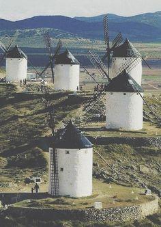 Una de las escenas mas importantes del quijote fue cuando se cruzo con unos molinos y los confundio con gigantes.