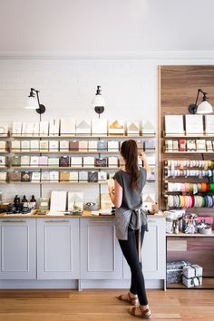 Home Office Decor Gift Shop Interiors, Flower Shop Interiors, Shop Interior Design, Retail Design, Store Design, Florist Shop Interior, Tante Emma Laden, Mein Café, Flower Shop Design