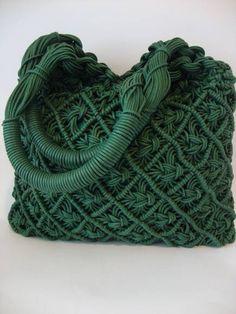 Handbags – a favorite topic in the world of macrame. O … - Macrame 2019 Macrame Purse, Macrame Knots, Macrame Jewelry, Macrame Bracelets, Micro Macramé, Macrame Chairs, Crochet Motifs, Macrame Design, Macrame Projects