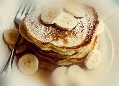 Για ένα γλυκό πρωινό ...  Υλικά: (για 12 περίπου πανκεικ διαμέτρου 10 εκατοστών) 1-1/2 φλιτζάνι αλεύρι για όλες τις χρήσεις 2 κουταλιές της σούπας ζάχαρη 2-1/2 κουταλάκια του γλυκού μπέικιν πάουντερ 1/2 κουταλάκι του γλυκού αλάτι 1 μεγάλη ώριμη μπανάνα (όσο πιο ώριμη τόσο καλύτερα) 1 φλιτζά Banana Pancakes, Cake Recipes, Sweets, Cooking, Breakfast, Food, Kitchen, Bakken, Essen