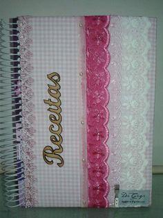 Caderno de receitas personalizado em tecido 100% algodão, decorado com diversos materiais para deixá-lo bem charmoso.   Caderno universitário, capa dura, 10 matérias, 200 folhas.