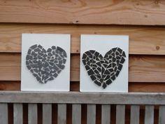 Overgebleven badkamertegels kapot geslagen. De tegels in een vorm van een hartje gelegd en daarna vastgeplakt met het lijmpistool op een plankje.niet moeilijk Om te maken en het kost je niet veel tijd.